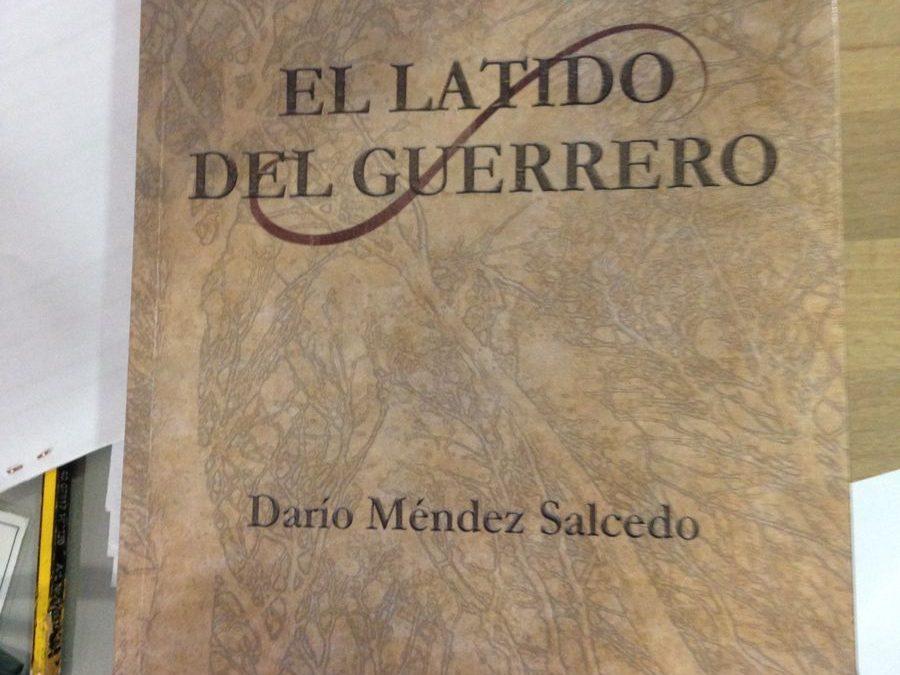 Darío Méndez, antiguo alumno, visita la biblioteca escolar